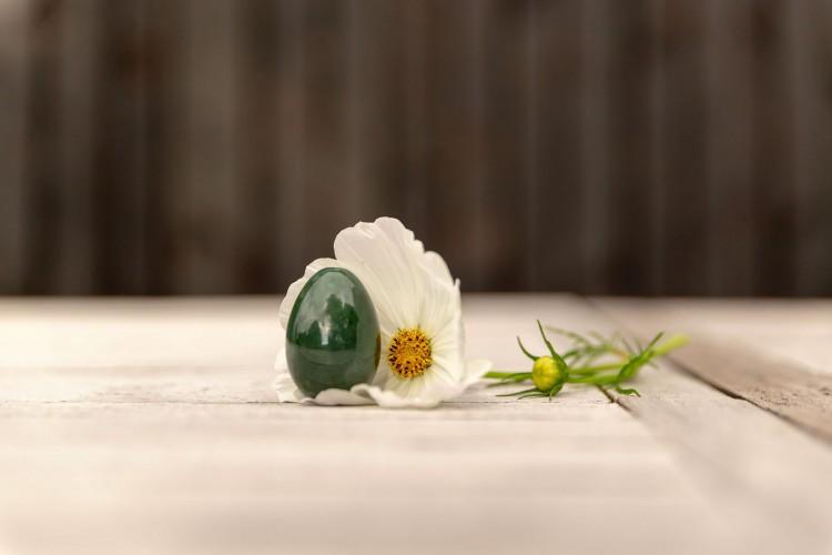 Jade ei tegen witte bloem
