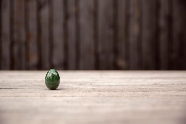 Jade Ei met houten achtergrond
